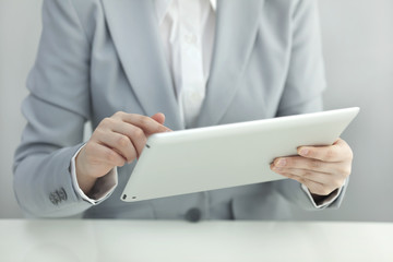 タブレットPCを操作するビジネスウーマン