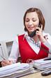 Geschäftsfrau telefoniert mit Kundenservice