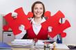 Lachende Frau mit Puzzleteilen