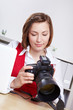 Fotografin schaut Bilder auf Kamera an