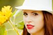 ragazza con cappello bianco