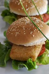 Burger mit Salat und Fisch