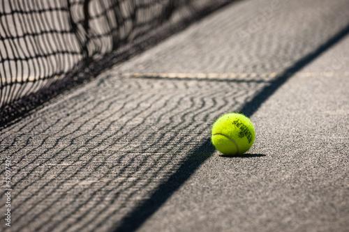 Tennisball beim Netz