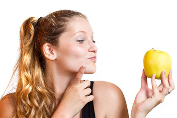 ritratto di ragazza bionda con mela
