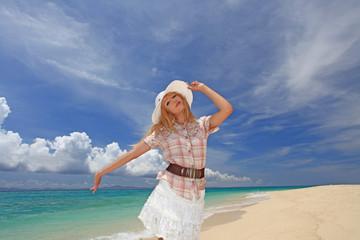 水納島の美しいビーチで寛ぐ女性