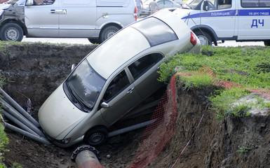 Автомобиль упал в траншею. Автомобильная авария - ДТП