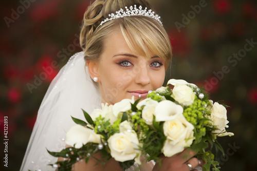 Braut Portrait mit Brautstrauß und Accessories