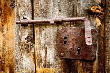 catenaccio antico su porta in larice