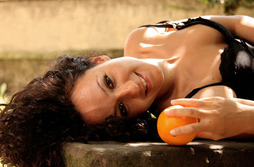 bella ragazza con capelli scuri e arance
