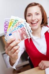 Frau gewinnt viel Geld