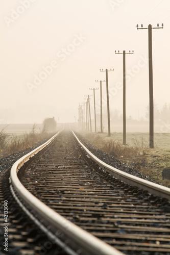 Naklejka Einspurige Bahnlinie im Morgennebel