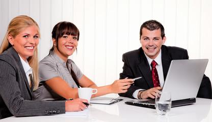 Erfolgreiches Team bei einem Meeting
