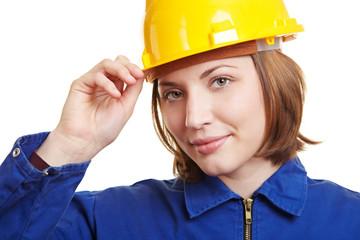 Handwerkerin setzt Helm auf