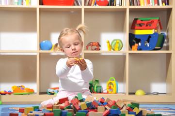 Kleines Mädchen spielt im Kinderzimmer