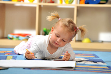 Kleines Mädchen malt mit Buntstiften