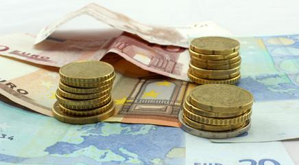 Pièces empilées et billets Euros
