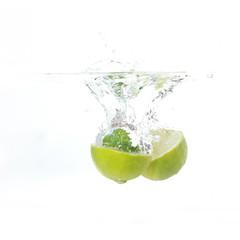 Limetten und Minze fällt ins Wasser