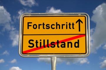 Deutsches Ortsschild Stillstand Fortschritt