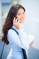 studentin telefoniert mit dem handy