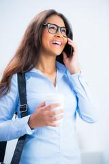 teenager mit brille telefoniert mit dem handy