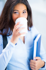 studentin trinkt in der pause einen kaffee