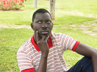 Hombre africano pensando al aire libre.