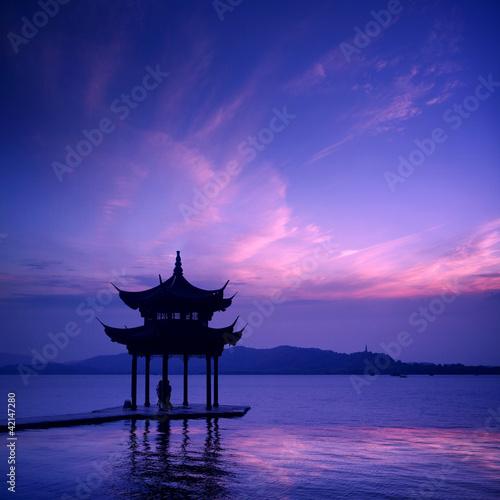 zachod-jezioro-z-zachodem-slonca-w-hangzhou-chiny