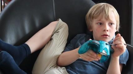 Kind spielt mit Spielkonsole