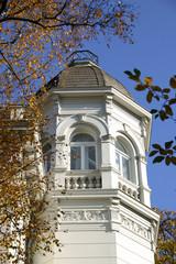 klassizistische villa mit türmchen