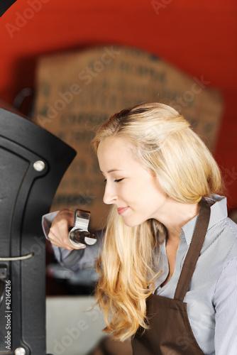 frau prüft kaffeebohnen in der rösterei