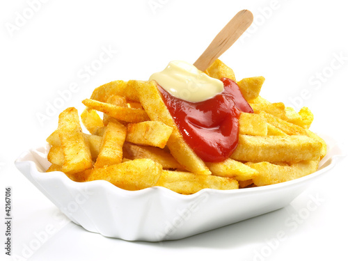 Pommes Frites mit Ketchup und Mayonnaise - 42167016