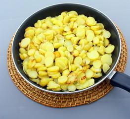 patate rissolées dans la poêle