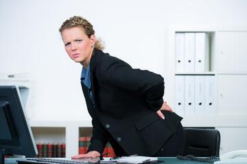 geschäftsfrau mit starken rückenproblemen
