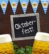 Tafel mit Oktoberfest auf Holz Bretzel und Wimpel, Glas