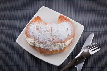croissant relleno de nata