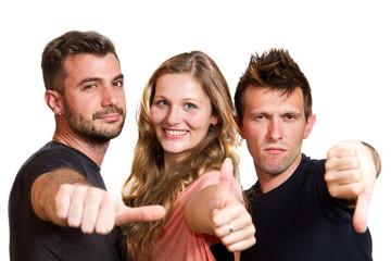 Gruppo di amici isolato su sfondo bianco