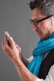 Mann liest eine Nachricht am Smartphone