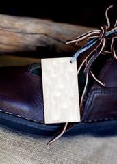 étiquette sur une chaussure neuve