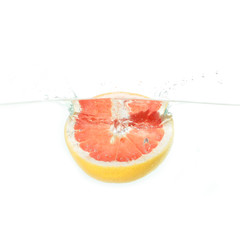 Graipfruit fällt ins Wasser