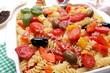 pasta fusilli con pomodori olive e peperoni