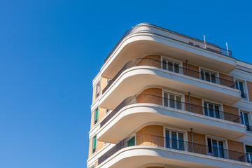 Neubau Wohnhaus Friedrichshain runde Balkons