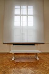 banc blanc et fenêtre blanche.