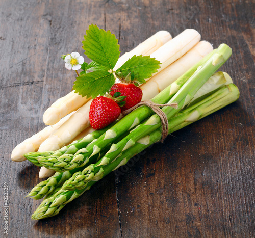 Decorative bunches of green and white asparagus