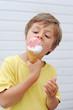 Junge ißt Eis