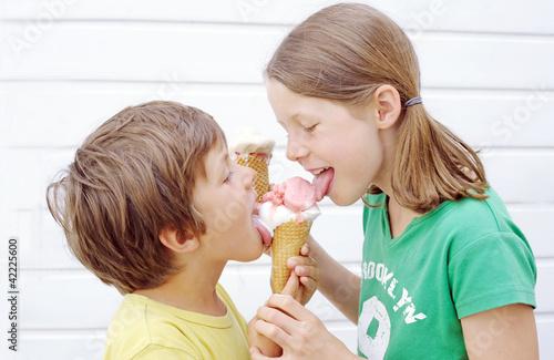 Kinder beim Eisessen