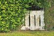 portillon délabré dans végétation