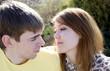 Молодая влюбленная пара - лицом к лицу