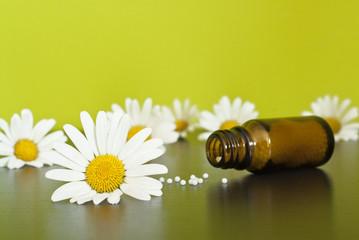Homöopathisches Medikament mit Kamillenblüten