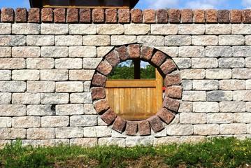 Mauer mit einem Loch in der Mitte
