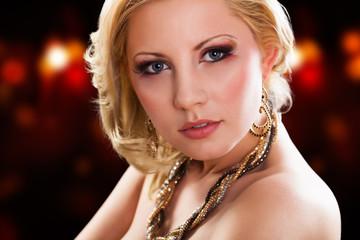 schöne Blonde Frau in Party-Outfit